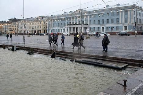 Helmikuussa talvimyrsky nosti meriveden pärskeet Helsinkin Kauppatorille.
