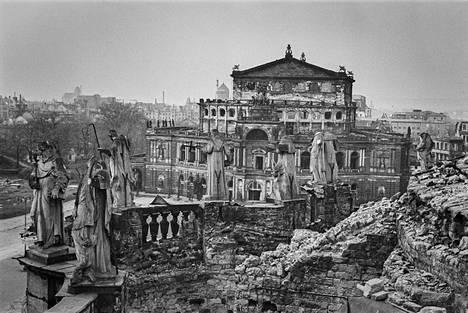 Näkymä Dresdenin tuomiokirkon raunioilta tuhoutuneelle oopperatalolle. Kuva on otettu syksyllä 1945.