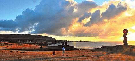 """Jorma Sakko oli lapsesta saakka haaveillut Pääsiäissaarista. """"Oli mahtavaa päästä seisomaan Moai-patsaiden juurelle."""""""