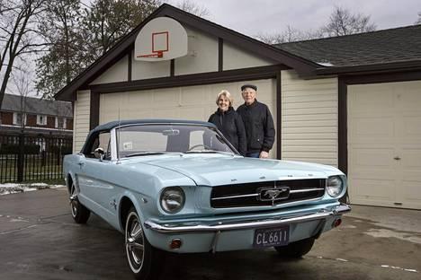 Gail ja Tom Wise poseeraavat taivaansinisen Ford Mustanginsa vierellä kotonaan Ridge Parkissa Illinois'n osavaltiossa.