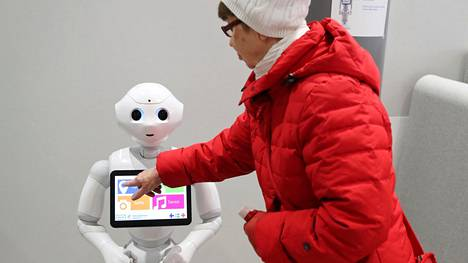Kalasataman uudessa terveys- ja hyvinvointikeskuksessa Helsingissä on Pepper-aularobotti, joka neuvoo asiakkaita.