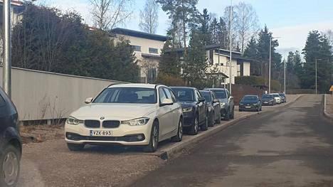 Volkswagen-hallin tilaisuuksien aikaan viereisen Vanhan Turuntien jalkakäytävät täyttyvät autoista.