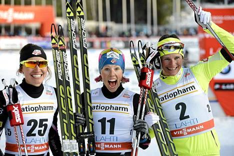 USA:n Kikkan Randall (keskellä) juhli Salpausselällä sprintin voittoa. Toiseksi sijoittua Slovenian Katja Visnar ja pronssia otti USA:n Sophie Caldwell.