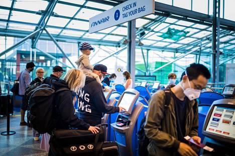 Check in -koneiden määrää on lisätty Helsinki-Vantaan kentällä. Finavia suosittelee, että lähtöselvitys tehtäisiin kotona.