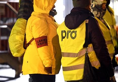 Ammattiliitto Pron lakkovahteja Orionin portilla Espoossa viime joulukuussa.