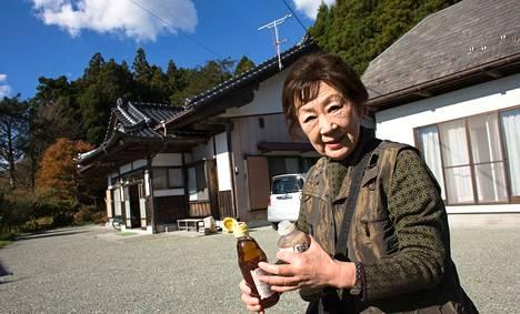 Kakuko Igari oli marraskuussa 2013 tullut katsomaan ydinonnettomuuden saastuttamaa kotitaloaan.