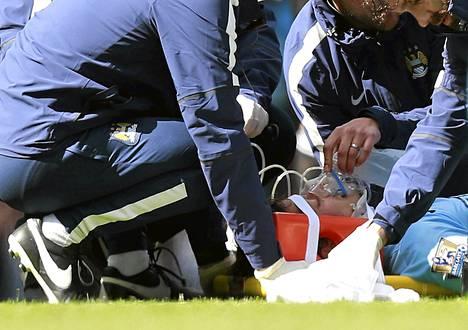 Manchester Cityn David Silvaa hoidettiin kentällä, kunnes hänet kannettiin paareilla pois.
