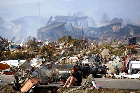 JAPANIN MAANJÄRISTYS JA TSUNAMI. Maaliskuun 11. päivänä 2011 Japanin Honshūn pääsaaren lähistöllä tapahtui merenalainen maanjäristysten sarja, jonka vaikutuksesta syntyneet tsunamiaallot tuhosivat laajoja alueita saaren itärannikolla. Tsunami vaurioitti myös Fukushimassa sijaitsevaa ydinvoimalaa, minkä vuoksi kymmeniä tuhansia ihmisiä jouduttiin evakuoimaan säteilyvaaran vuoksi.