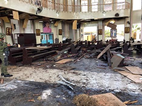 Filippiinien armeijan välittämä kuva näyttää pommi-iskun tuhoja katolisessa kirkossa Jolossa.
