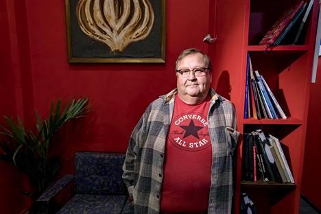 """Mikko Kivisen taiteilijaura on kestänyt 37 vuotta. Koomikkonäyttelijä ei karsasta vakaviakaan rooleja. """"Aina kun tarjotaan rooleja, joissa saa olla vakava, otan niitä mielellään."""""""