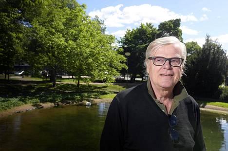 Entinen jääkiekkovalmentaja ja teatterijohtaja Alpo Suhonen viettää kesää Forssassa.