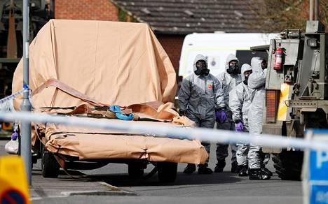Suoja-asuihin pukeutuneet sotilaat siirsivät ajoneuvoa Salisburyssa alueelta, jossa entinen venäläisvakoilija ja hänen tyttärensä myrkytettiin hermokaasulla.