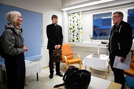 Linnea Tervonen ja Jarmo Kemppainen kävivät kirkkoherran kanssa läpi tulevia hautajaisia.