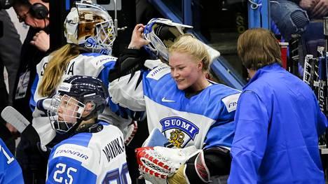 Viime vuonna naisten MM-kisat pelattiin Espoossa. Kuvan keskellä Suomen maalivahti Noora Räty.