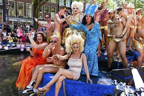 Amsterdamin Gay Canal kulkueen osallistujia kuvattuna proomun päällä Prinsengrachtin canaalissa. Tapahtumaan osallistui yli puoli miljoonaa ihmistä.
