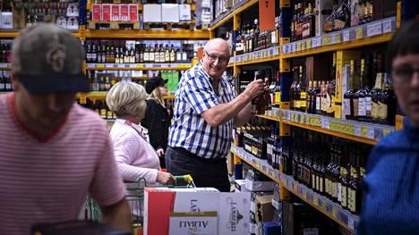 Heikki Jumppala Pirkkalasta oli tiistaina ostoksilla Superalkossa Tallinnassa.