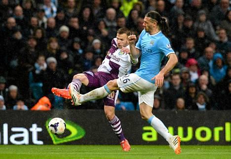 Aston Villan Andreas Weimann (vas.) ja Manchester Cityn Martin Demichelis kamppailivat pallosta Valioliigan ottelussa Manchesterissä keskiviikkona.