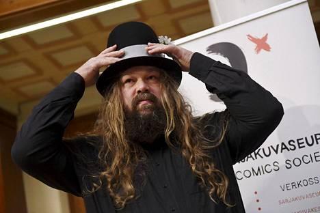Sarjakuvataiteilija, kuvittaja ja muusikko Petteri Tikkanen palkittiin Suomen sarjakuvaseuran vuoden 2020 Puupäähattu-palkinnolla.
