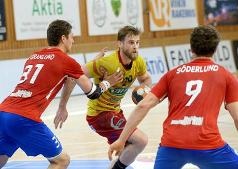 Dickenin Max Granlund (vas.) ja Filip Söderlund taistelivat käsipallon SM-liigan neljännessä finaalissa Cocksin Sasa Puljizovicia vastaan.
