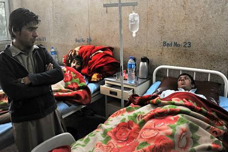 Jalalabadissa räjähdyksessä loukkaantuneita afganistanilaisia hoidettiin sairaalassa lauantaina.