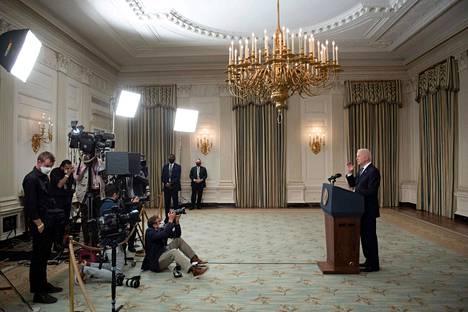 Yhdysvaltain presidentti Joe Biden suunnittelee historiallisia investointipaketteja, jotka kustannettaisiin veronkorotuksilla. Biden on luvannut, ettei alle 400 000 dollaria tienaavien kansalaisten veroja koroteta.