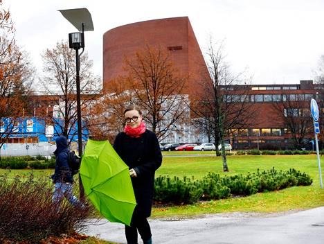 Arkkitehtiopiskelija Noora Lehtovaara kävelee Ainon aukiolla, jonne valmistuu neljän vuoden päästä päärakennus Aalto-yliopiston taiteen ja suunnittelun opiskelijoille.