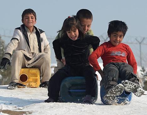 Lapset lähtivät pulkkamäkeen vesikanistereilla, kun Afganistanin pääkaupungissa Kabulissa oli tammikuun alussa lumipeite. Vedenhaku kuuluu Kabulissa lasten tehtäviin.