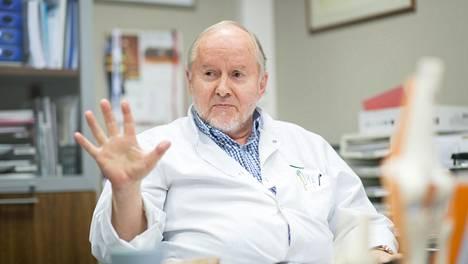 Maailman arvostetuimpiin urheilukirurgeihin kuuluva Sakari Orava, 75, teki urallaan noin 25000 leikkausta. Kuva vuodelta 2018.