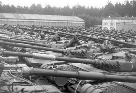 Suomi osti DDR:n varikoilta muun muassa T-72-panssarivaunuja. Kuva on Weisskeisselista 1990-luvun alussa.