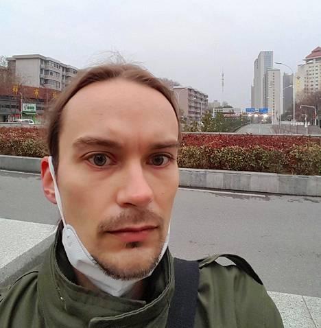 """Helsinkiläinen opiskelija Markus Tietäväinen, 33, lähetti maanantaina ottamansa selfie-kuvan Wuhanista, jonka kaduilla on hänen mukaansa """"entiseen nähden aavemaisen hiljaista"""". Hänellä ei ole tietoa, milloin hän pääsee kaupungista pois tai milloin kiinan kielen opinnot jatkuvat."""