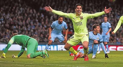 Luis Suárez juhli toista maaliaan Mestarien liigan pudotuspeliottelussa Manchester Cityä vastaan.