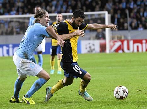 Malmön Markus Halsti (vas.) taisteli pallosta Atlético Madridin Arda Turanin kanssa.