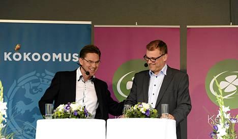 Kokoomuksen Jyrki Katainen (vas.) ja keskustan Juha Sipilä (oik.) tapasivat Mikkelin torilla torstaina.
