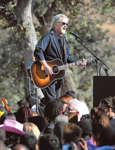 Muusikko Kris Kristoffersonia on kutsuttu kommunistiksi, koska hän kannattaa demokraatteja. Kristoffersonin mukaan republikaanit eivät edes tiedä, mitä sosialismi tarkoittaa. Kuva on otettu Kaliforniassa lokakuussa.