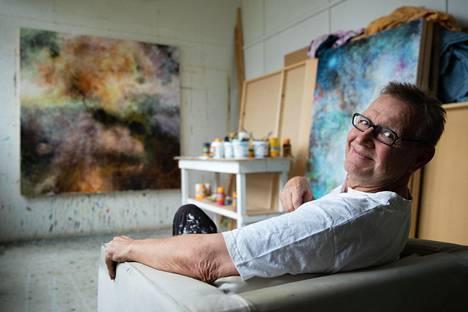 """""""Ajattelen aktiivisesti, että voin edelleen kehittyä maalaajana, vaikka se on usein raivostuttavan hidasta"""", Svante Martin sanoo ateljeessaan Kirkkonummella."""