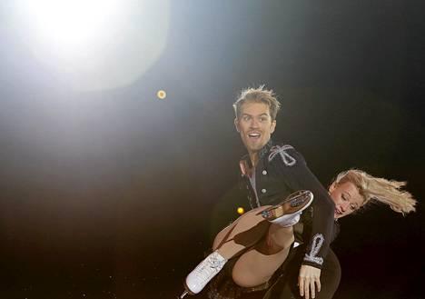 Brittiläinen Penny Coomes ja Nicholas Buckland esiintyivät ISU Grand Prix -taitoluistelukisojen loppunäytöksessä Moskovassa sunnuntaina.