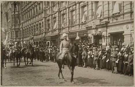 Kenraali Mannerheim johtaa sisällissodan voitonparaatia Esplanadilla 16.5.1918.