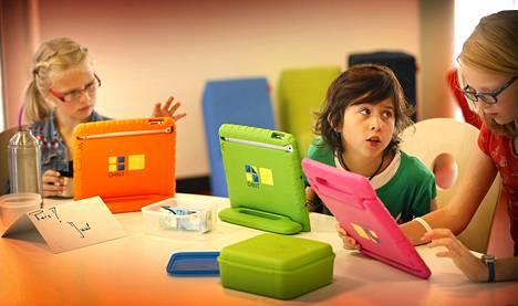 Lapset käyttivät tablettejaan Master Steve JobsSchoolissa Sneekissä. Seitsemän koulua aloitti Hollannissa opetusohjelman, jossa lapsia opetetaan iPadien avulla.