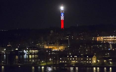 Kaknäs-torni valaistiin Ranskan lipun väreillä Pariisin terrori-iskujen uhrien muistoksi 14. marraskuuta 2015.