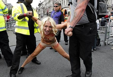 Ympärileikkauksia vastustanut mielenosoittaja otettiin kiinni heinäkuun alussa Lontoossa.