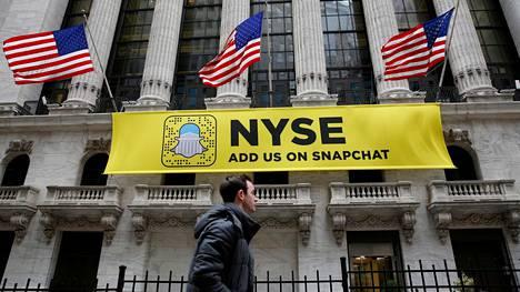 Snapchatin logolla varustettu lakana roikkui New Yorkin pörssin ulkopuolella tammikuussa.