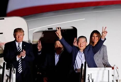 Presidentti Donald Trump ja hänen vaimonsa Melania ottivat vastaan Pohjois-Koreasta vapautetut vangit.