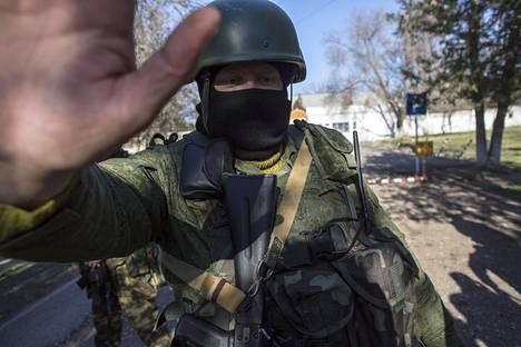 VENÄJÄ VALTASI KRIMIN. Maaliskuussa 2014 venäläiset sotilaat miehittivät Ukrainalle kuuluneen Krimin niemimaan. Myöhemmin alue liitettiin Venäjään sen jälkeen, kun miehittäjät olivat järjestäneet alueella kansanäänestyksen liittymisestä. Maaliskuun 4. päivänä 2014 venäläissotilas esti toimittajia lähestymästä Backchisarain ukrainalaisvaruskunnan porttia.