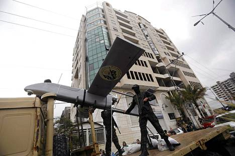 Hamasin aseellisen siiven al-Qassamin prikaatien edustajat esittelivät lennokkia sotilasparaatissa Gazassa sunnuntaina.