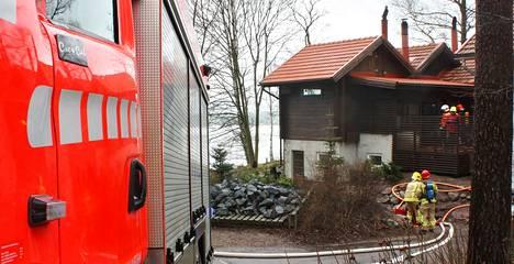 Pelastuslaitos saapui sammuttamaan saunan rakenteissa kyteneen palon.