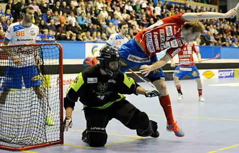 SPV:n Henri Myllymäki ahdistelee Oilersin maalivahtia Tomi Ikosta.