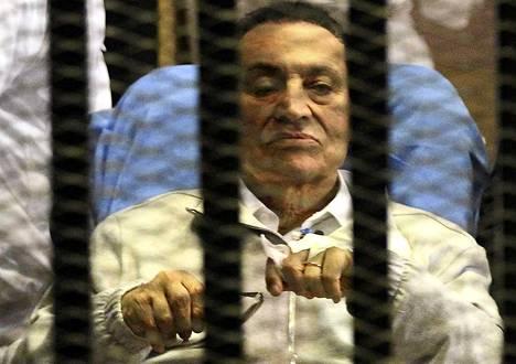 Egyptin entinen presidentti Hosni Mubarak tuotiin sairaalasängyllä oikeudenkäyntiin Kairossa 15. huhtikuuta.