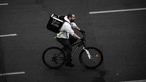 Uber Eatsin lähetti Pariisissa huhtikuussa.