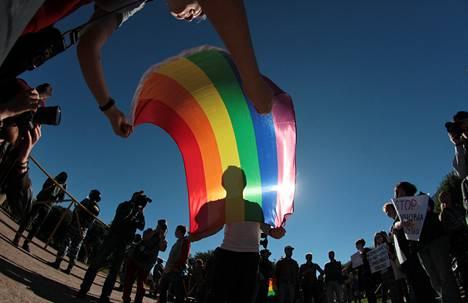 Venäläiset lesbo- ja homoaktivistit osoittivat mieltään syrjintää vastaan Mars-aukiolla Pietarissa perjantaina.