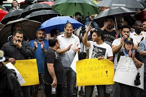 Taksiyrittäjien mielenosoitus Uber-internettaksipalvelua vastaan Berliinin olympiastadionin tuntumassa kesäkuussa.